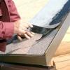 Монтаж даху будинку або лазні з м'якої покрівлі