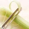 Чи потрібно чистити стебла і коренеплоди селери, і як правильно це зробити?